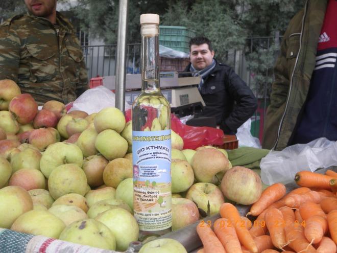 Προϊόντα που έχουν καλλιεργηθεί με τη βοήθεια οργονονερού. Στο βάθος, ο γιός τού Φώτη Μπουκινά, Στράτος Μπουκινάς.