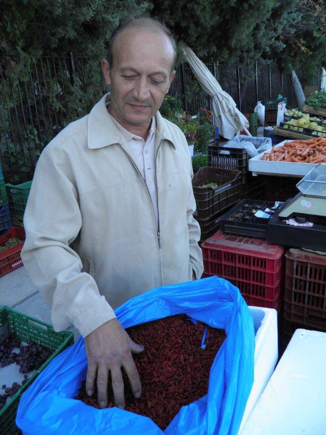 Ο βιοκαλλιεργητής Φώτης Μπουκινάς αγγίζοντας με καμάρι και τρυφερότητα την παραγωγή του. Το πρώτο ελληνικό και βιολογικό γκότζι μπέρι.