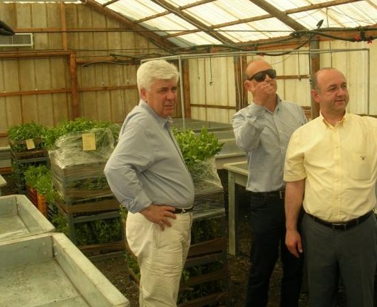 Ο υπουργός Αγροτικής Ανάπτυξης και Τροφίμων Αθανάσιος Τσαυτάρης (αριστερά) κατά την επίσκεψή του στα φυτώρια τού κ. Μπουκινά (κέντρο). Δεξιά, ο αντιπρόεδρος τού Κλάστερ κ. Χρήστος Τράντης.